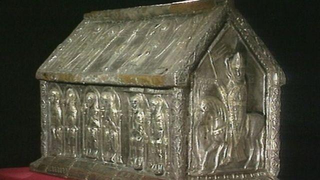 Une des châsses du trésor de Saint-Maurice en 1990 [RTS]