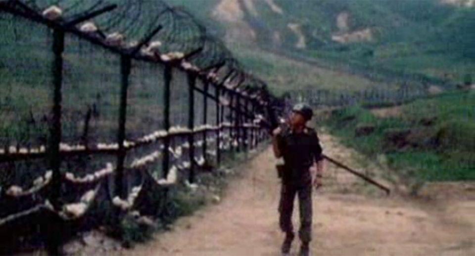 Visite au 38e parallèle, à la frontière entre les deux Corée. [RTS]