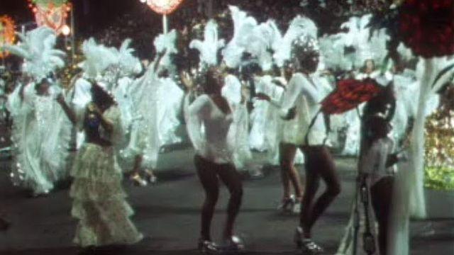 Au rythme des écoles de samba durant le carnaval de Rio. [RTS]