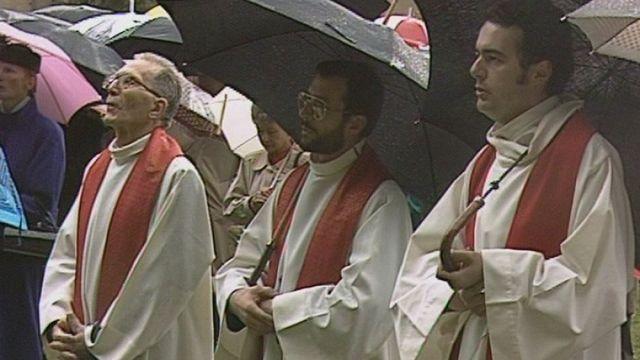 Messe en plein air et sous la pluie à St-Maurice. [RTS]