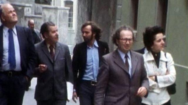 Félix Carruzzo, président de la ville se fait guide durant les travaux. [RTS]