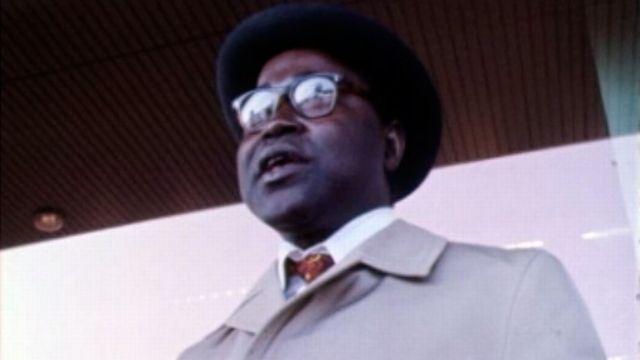 Un Africain suit les conseils des Suisses pour refouler les étrangers. [RTS]