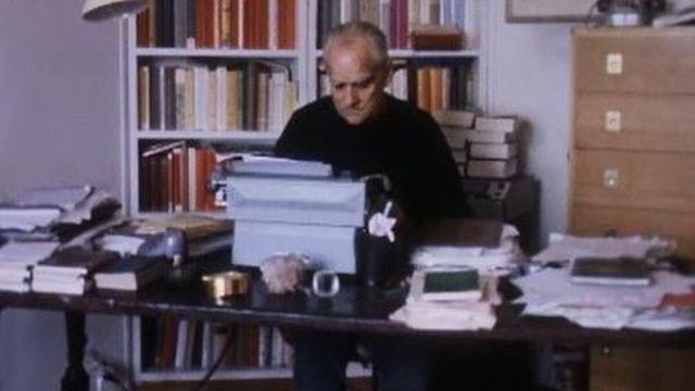 Un entretien avec l'écrivain Alberto Moravia, chez lui à Rome. [RTS]