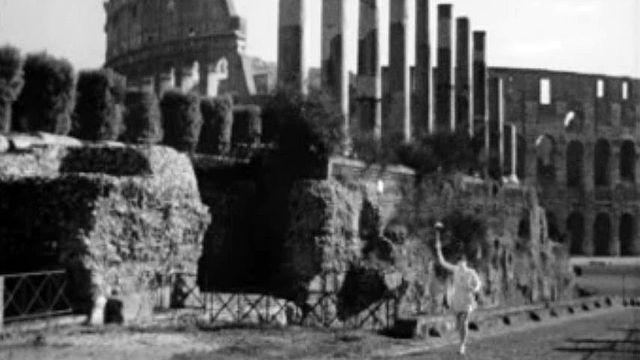 Un athlète porte la flamme olympique pour les Jeux à Rome.