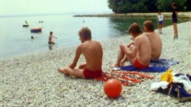A Neuchâtel, les plages sont enfin propices à la baignade. [RTS]
