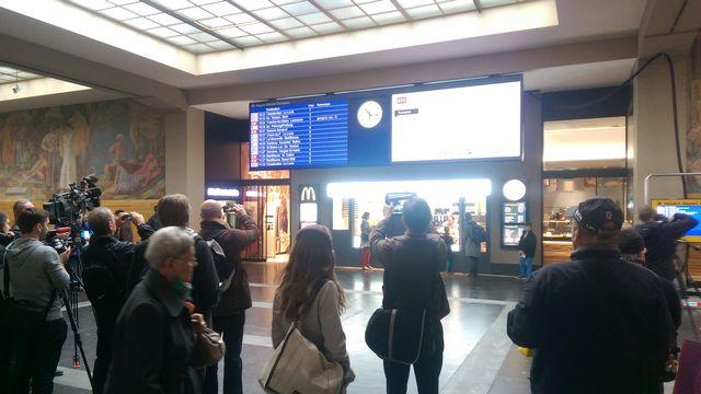 Les CFF ont installé leur nouveau tableau d'affichage LED dans la gare de Neuchâtel. [dk - RTS]
