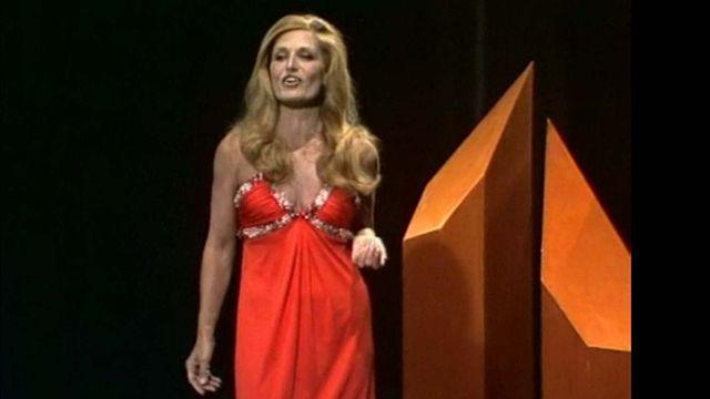 """Dalida chante """"Il venait d'avoir 18 ans"""" sur le plateau de Mosaïque en 1975. [RTS]"""