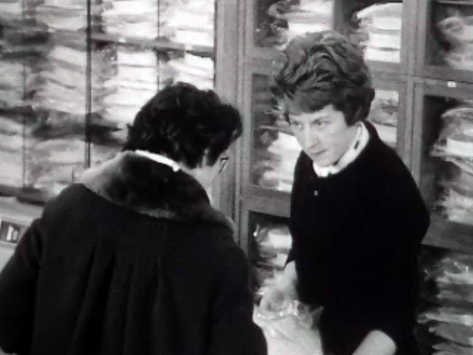 La vendeuse de grand magasin au service d'une clientèle exigeante.