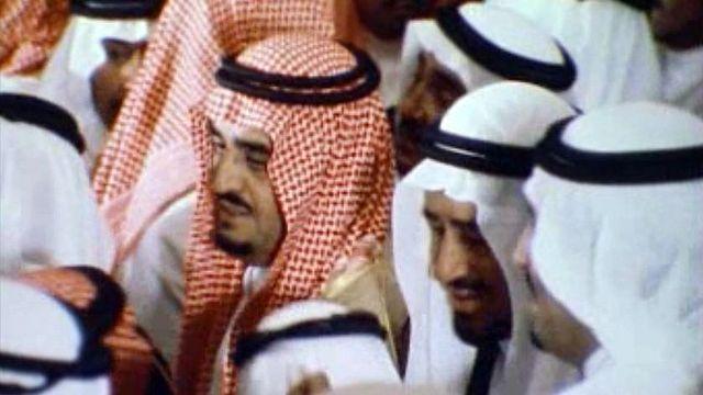 Le nouveau roi Khaled se confronte à la modernisation du pays. [RTS]