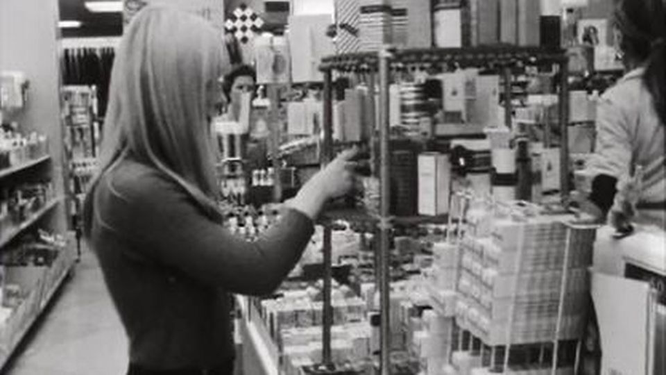 Enquête sur les femmes qui volent dans les grands magasins. [RTS]