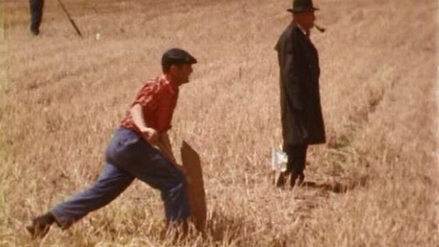 Le frapper du hornuss ressemble un peu au swing en golf. [RTS]