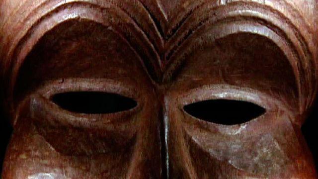 Un masque exposé au Musée d'ethnographie de Genève (MEG). [RTS]