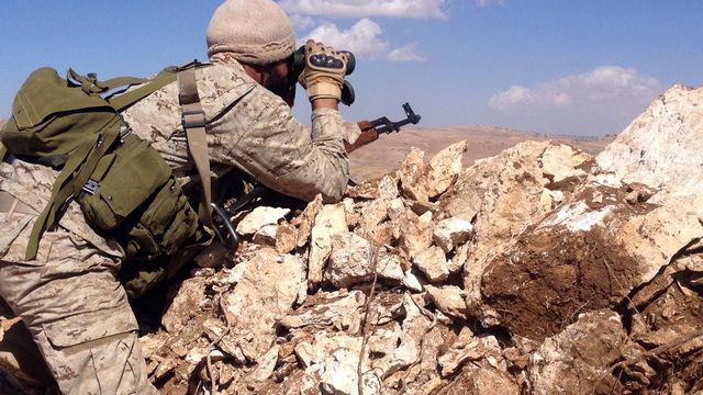 Un militant du Hezbollah à la frontière libano-syrienne. [Sam Skaine - AFP]
