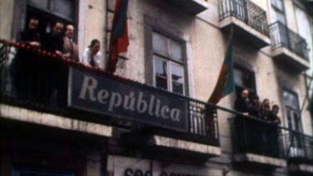 Les premiers jours de la révolution des Oeillets, à Lisbonne. [RTS]