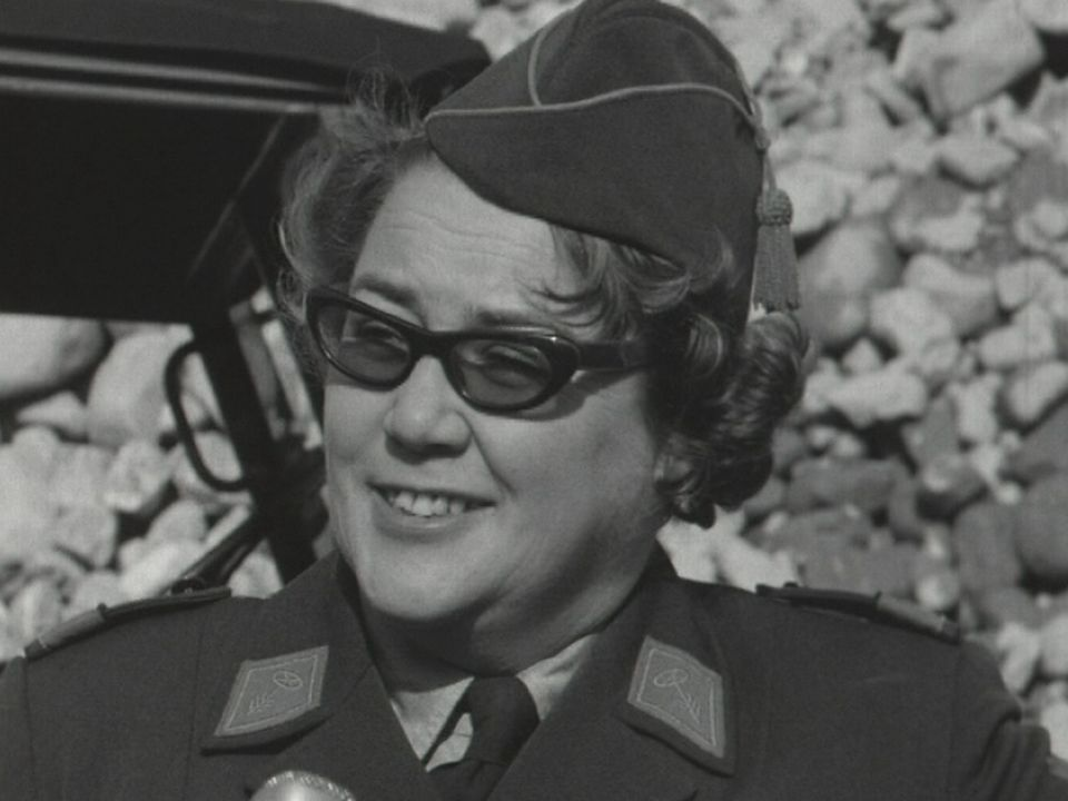Femme en uniforme de l'armée suisse en 1966. [RTS]