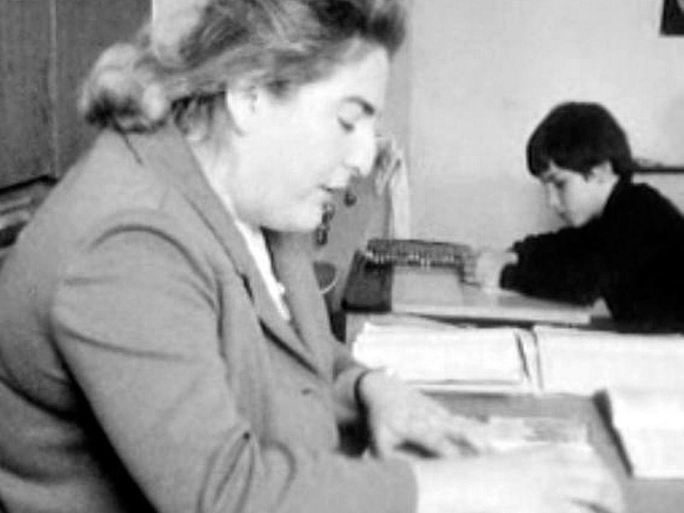 La maîtresse d'école ou l'institutrice en classe. [RTS - RTS]