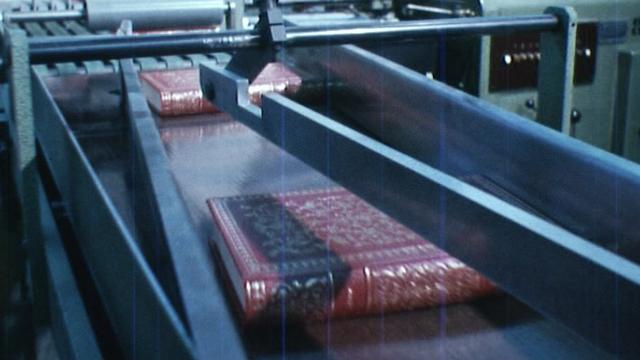Chaîne de fabrication de livres reliés. [TSR 1974]