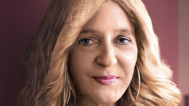 Simonetta Sommaruga, cheveux longs et rouge à lèvres rose. [Fédération Suisse des Parlements des Jeunes (FSPJ)]