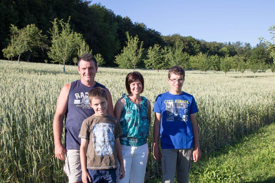 Doris entourée de son mari Eric et de ses fils Robin (à gauche) et Jonatan (à droite). [Sébastien Foggiato - RTS]