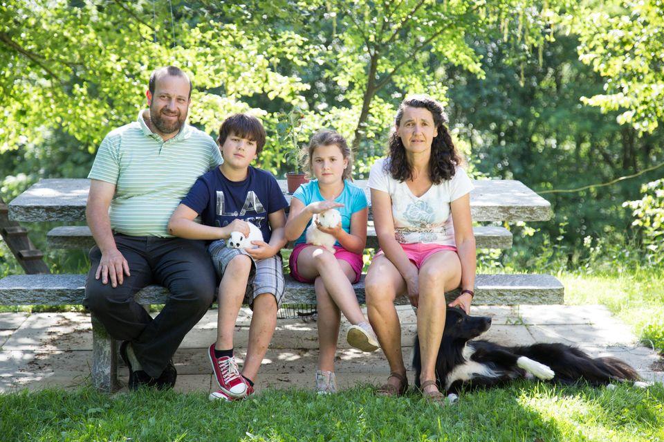 Giovanni avec sa femme Carolina et ses enfants Giona et Viola. [Sébastien Foggiato]