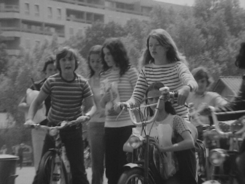 Phénomènes d'aujourd'hui: les jeunes et leur vélomoteur. [RTS]