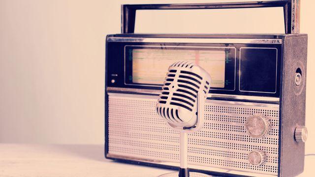 Un micro et une radio vintages. Africa Studio Fotolia [Africa Studio - Fotolia]