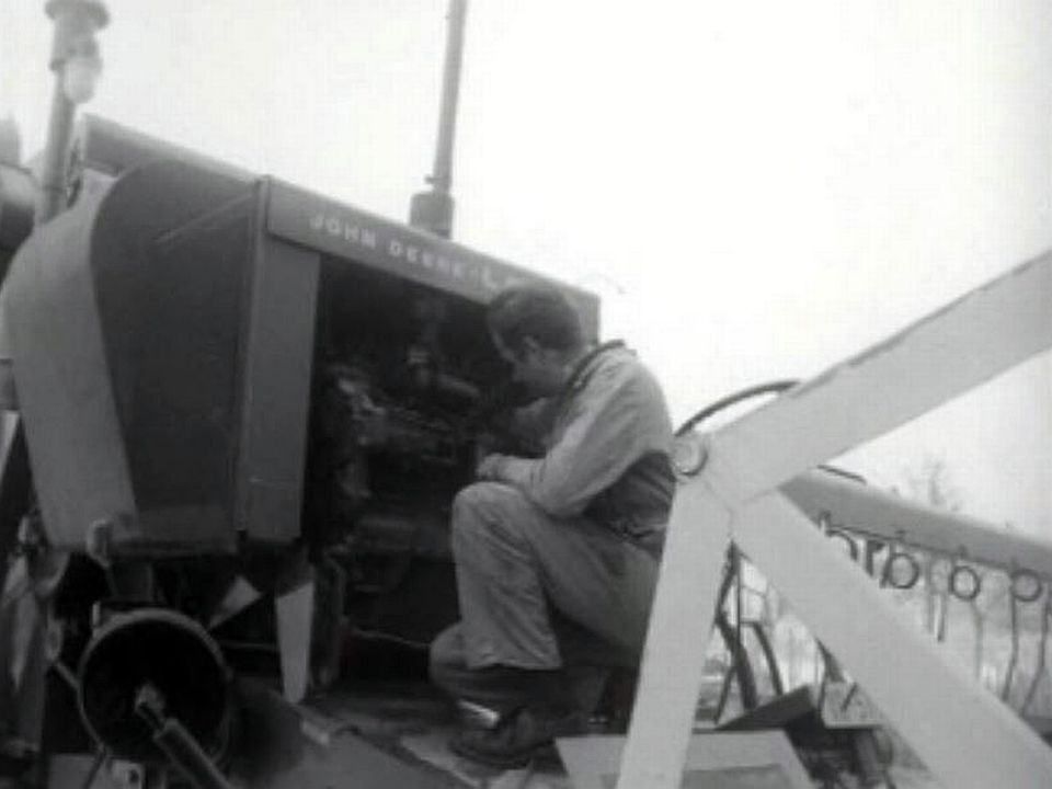 Le forgeron devient aussi un mécanicien sur machine agricole.