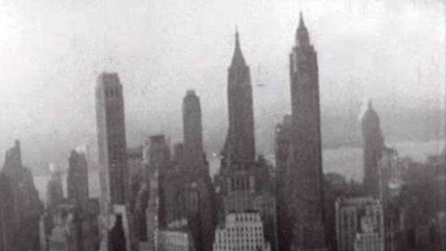 Dans les rues de New York en 1957: une ville éblouissante. [RTS]