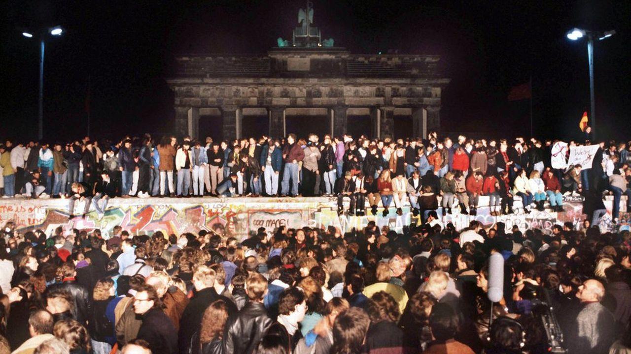 La foule rassemblée à la Porte de Brandebourg le 10 novembre 1989. [Keystone / Fischer]