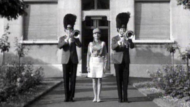 Annie Cordy chante en compagnie des gardes de Sa Majesté.