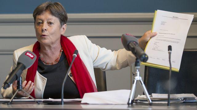 Margret Kiener Nellen a présenté ses feuille d'impôts lors d'une conférence de presse. [Peter Klaunzer - Keystone]