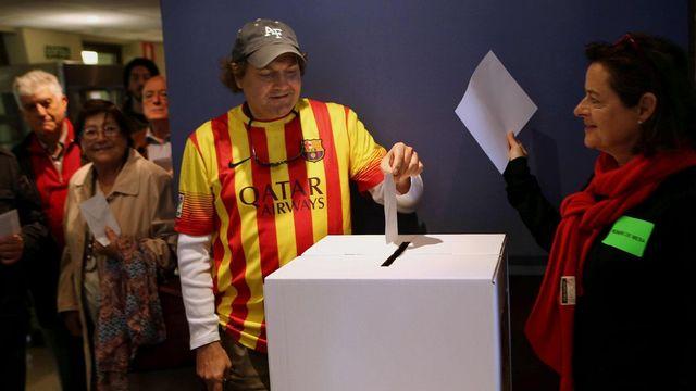 La corruption touchant l'ensemble de la classe politique et la crise économique ont jeté de nombreux Catalans dans les bras des indépendantistes. [EPA/TONI ALBIR - Keystone]