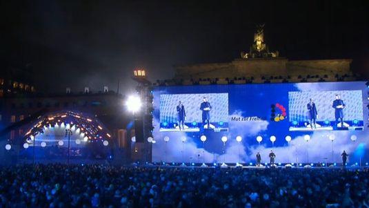 Les festivités ont lieu devant la porte de Brandebourg, en présence de centaines de milliers de personnes. [RTS]