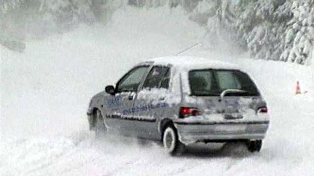Un cours pour apprendre à conduire sur les routes enneigées.