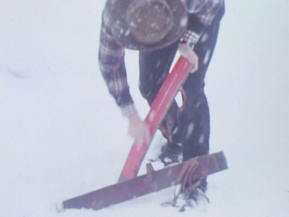 Fartage de skis en douves de tonneau en 1973. [RTS]