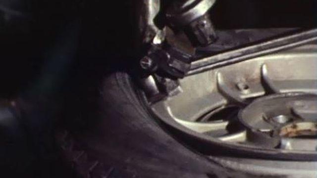Le Conseil fédéral interdit de rouler avec des pneus à clou. [RTS]
