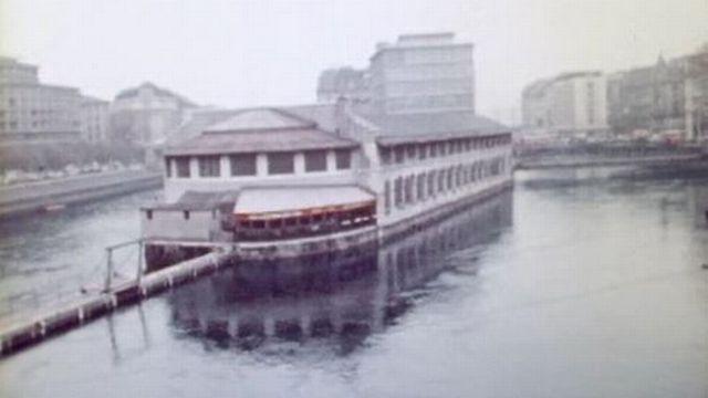 En 1970, visite de la buvette de la Halle de l'Ile à Genève. [RTS]