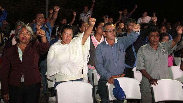 Parents et proches des victimes à Ayotzinapa, le 12 novembre. [Natividad Barrera - AFP]