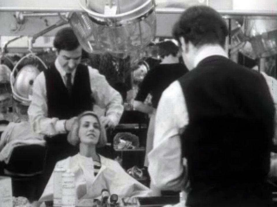 Les femmes élégantes se doivent d'être coiffées par Carlo.