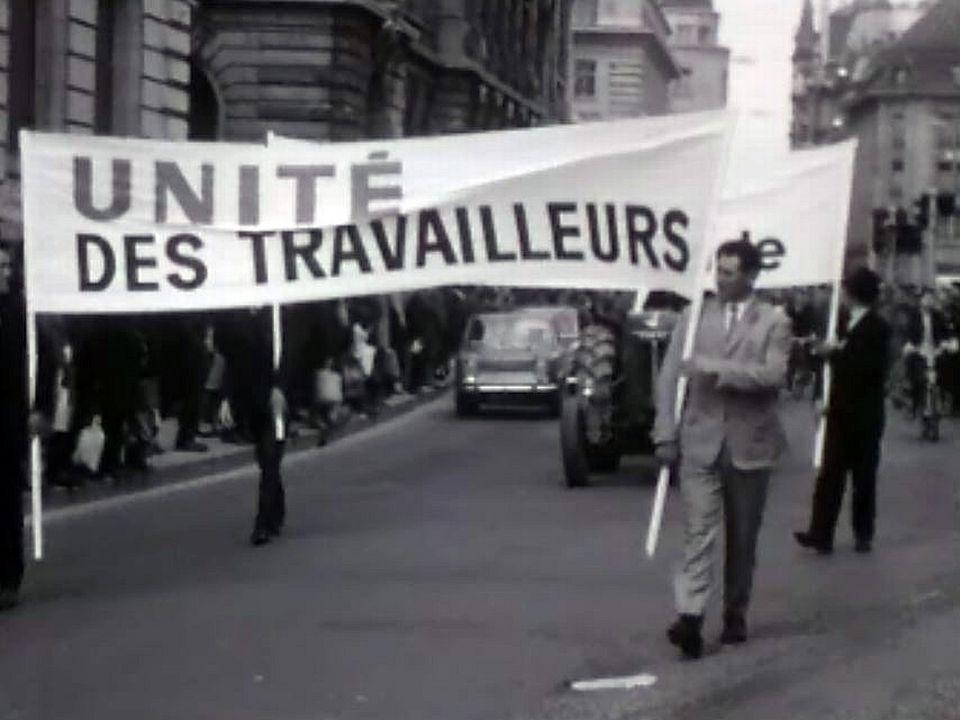 Les syndicats défilent devant le Bureau International du Travail.