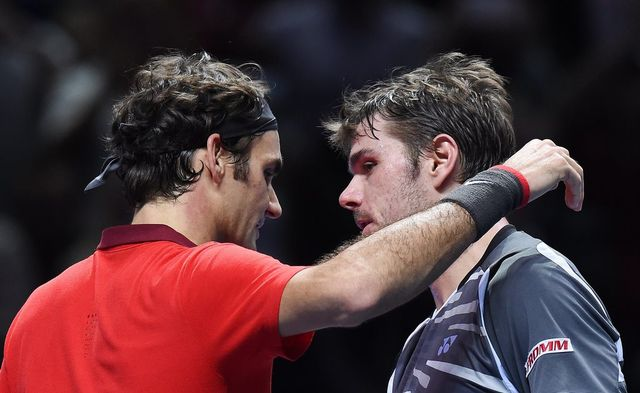 Federer et Wawrinka se congratulent après leur lutte acharnée. Ils se retrouveront très vite à Lille pour disputer ensemble la finale de la Coupe Davis. [Andy Rain - Keystone]