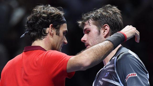 Federer et Wawrinka se congratulent après leur lutte acharnées. Ils se retrouveront très vite à Lille pour disputer ensemble la finale de la Coupe Davis. [Andy Rain - Keystone]