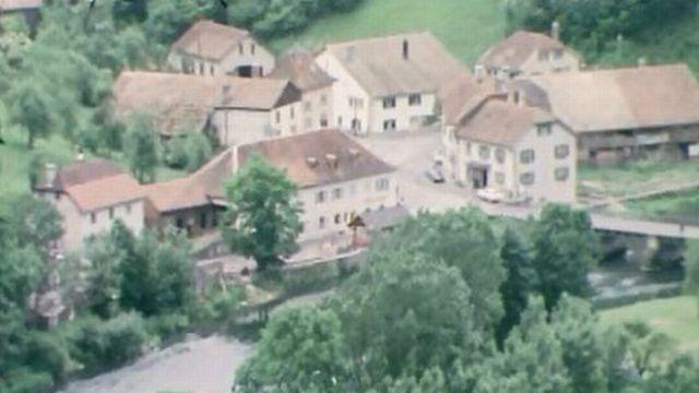Carrefour en visite à Goumois, village frontière sur le Doubs. [RTS]