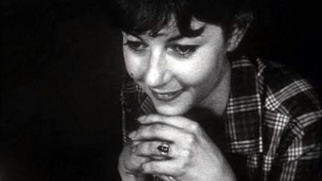 La dessinatrice regarde se matérialiser le bijou qu'elle a imaginé.
