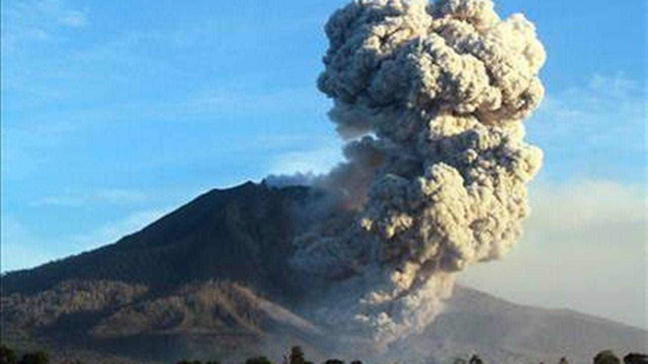 Le volcan Sinabong en pleine éruption en Indonésie début octobre. [epa]