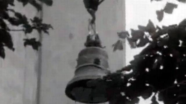 La montée d'une nouvelle cloche pour l'église de Noirmont. [RTS]