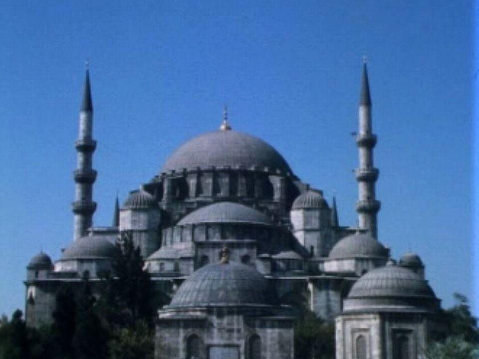 Bizance se pare de somptueux édifices, comme Sainte-Sophie.