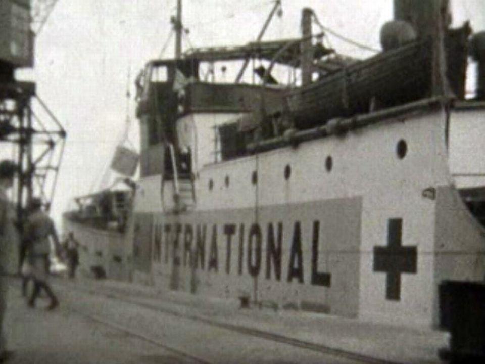 Un cinéaste amateur a suivi les colis de la Croix-Rouge.
