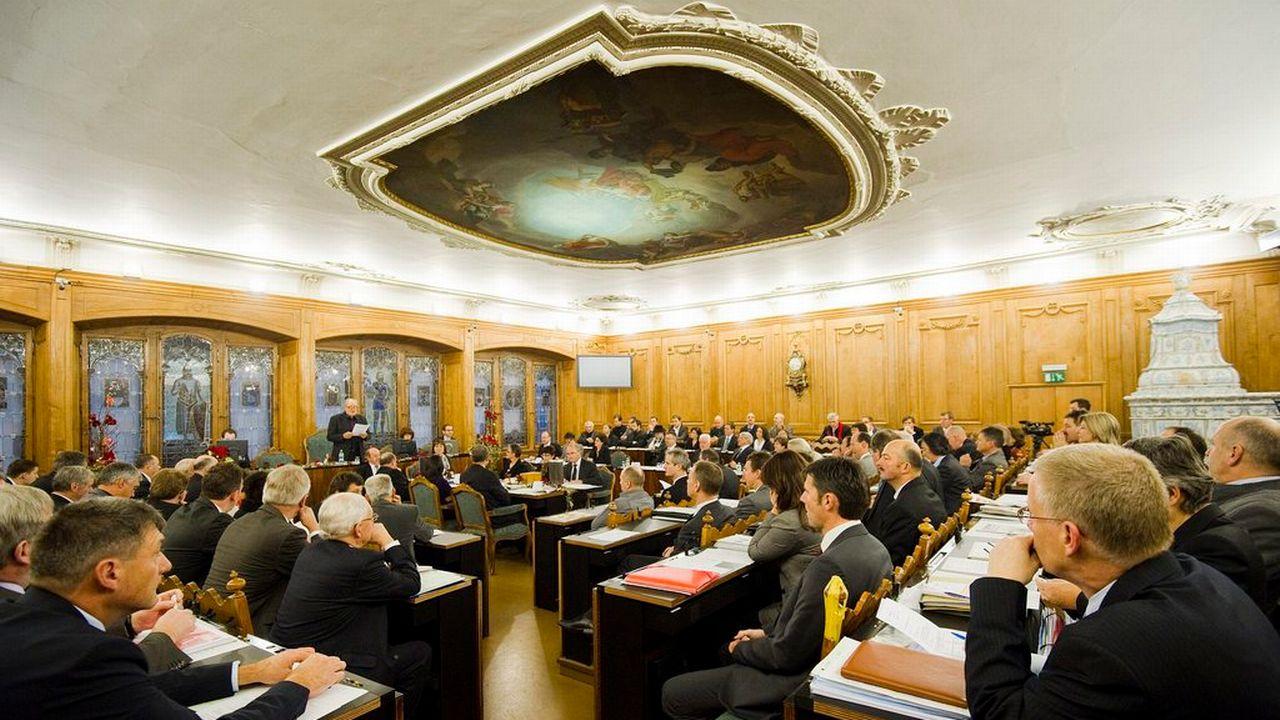 La modification de la loi sur le financement de la caisse de pension a été largement acceptée par le Grand Conseil fribourgeois. [Jean-Christophe Bott - Keystone]