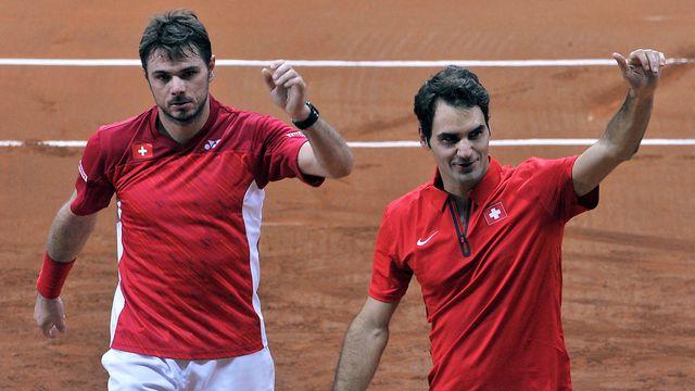 """La paire """"Fedrinka"""" remercie le public après avoir livré un match remarquable (66 coups gagnants) et s'être imposé 6-3 7-5 6-4. [François Lo Presti - AFP]"""